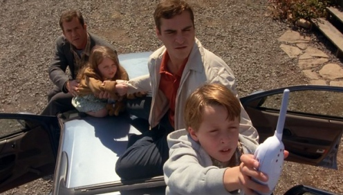 signs-movie-reverend-graham-hess-merrill-morgan-bo-on-car-baby-monitor-mel-gibson-joaquin-phoenix-rory-culkin-abigail-breslin
